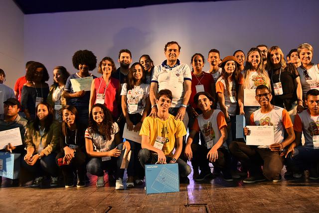 Secretaria da Educação do Estado premia estudantes e professora por projetos de iniciação científica